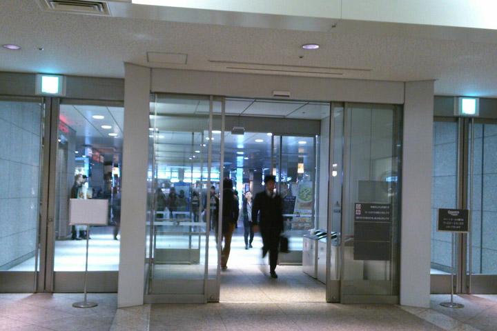 06.クイーンズスクエアの出口を抜けます。