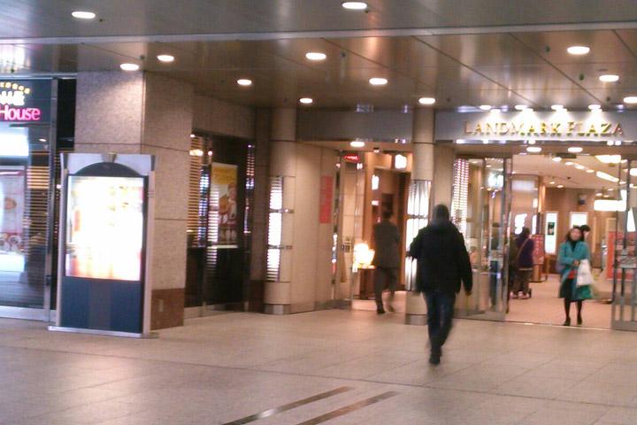 07.新宿中村屋とスリーエフの間のランドマークプラザ入口から入ってください。