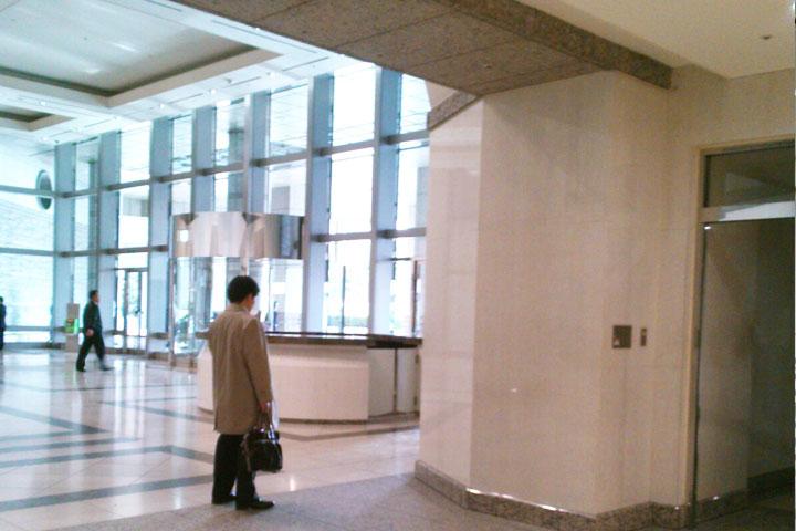13.突き当りを左に曲がると、エントランスホールに出ます。 一番左にある「C」のエレベーターに乗り、17Fまでお越しください。