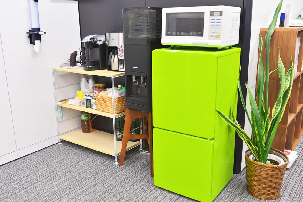 オフィス内には、ウォーターサーバーを始め、冷蔵庫やレンジ、コーヒーメーカーなどが揃っています。
