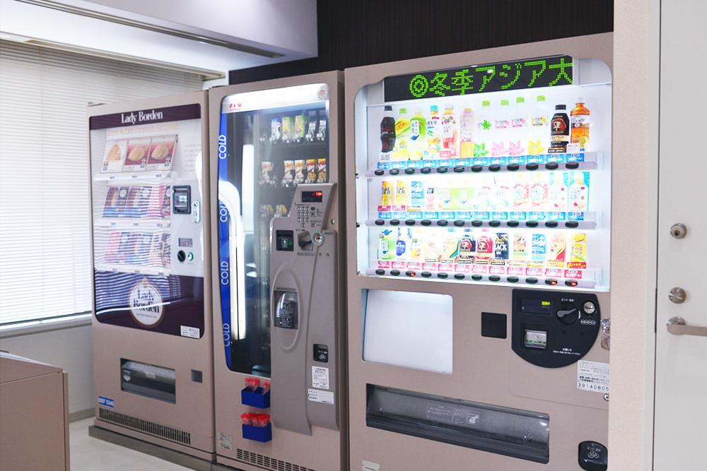 ドリンクはもちろん、軽食自販機もありますので手ぶらでも安心です。