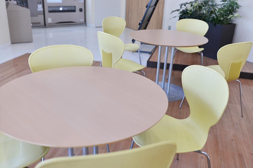 25Fの従業者専用スペースには、1人席やソファー席、テーブル席など様々な席がありますので、1人でもスタッフ同士でも気軽に利用できます。
