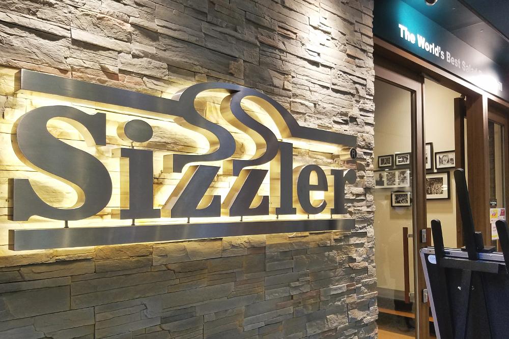 『Sizzler』って大きな看板が目印
