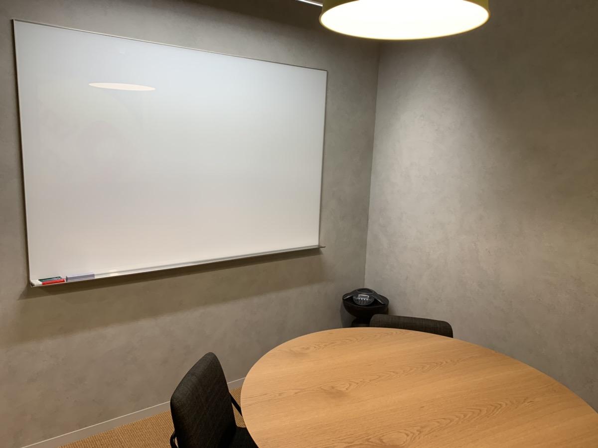 長時間の会議は、共有スペースにある会議室で行います。