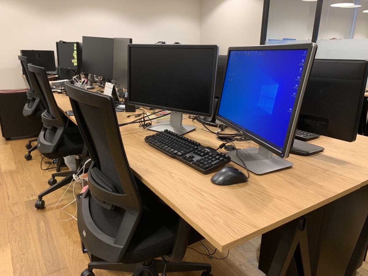 広々としたオフィスです。1人1人の間隔が広いので、作業のしやすさは抜群です!