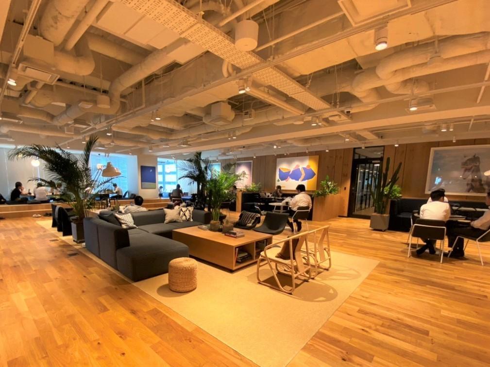 自由に使える共用スペースは、ソファや机が並び、くつろげる空間になっています。