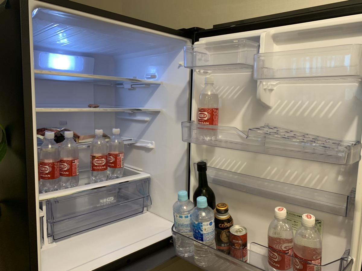 冷蔵庫には、買ってきたものなどが自由に冷やせます。中の飲み物は自由に飲むことが出来ます。