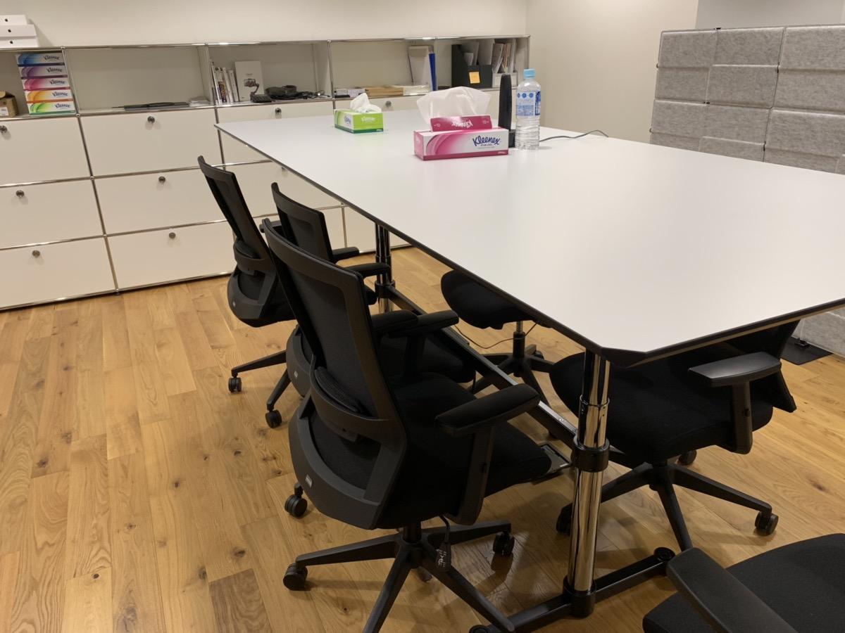 スタンディングデスクにもなるので、立って作業したい時はこちらのスペースで。