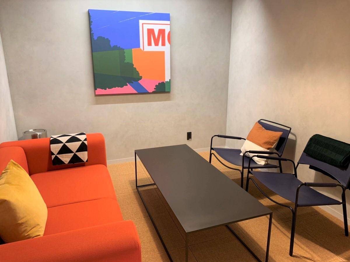 共用スペースにある会議室は、洗練されたデザイン。