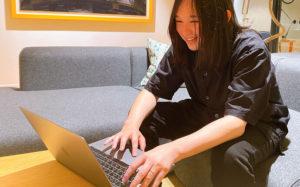 MacBookを使って説明する木本氏