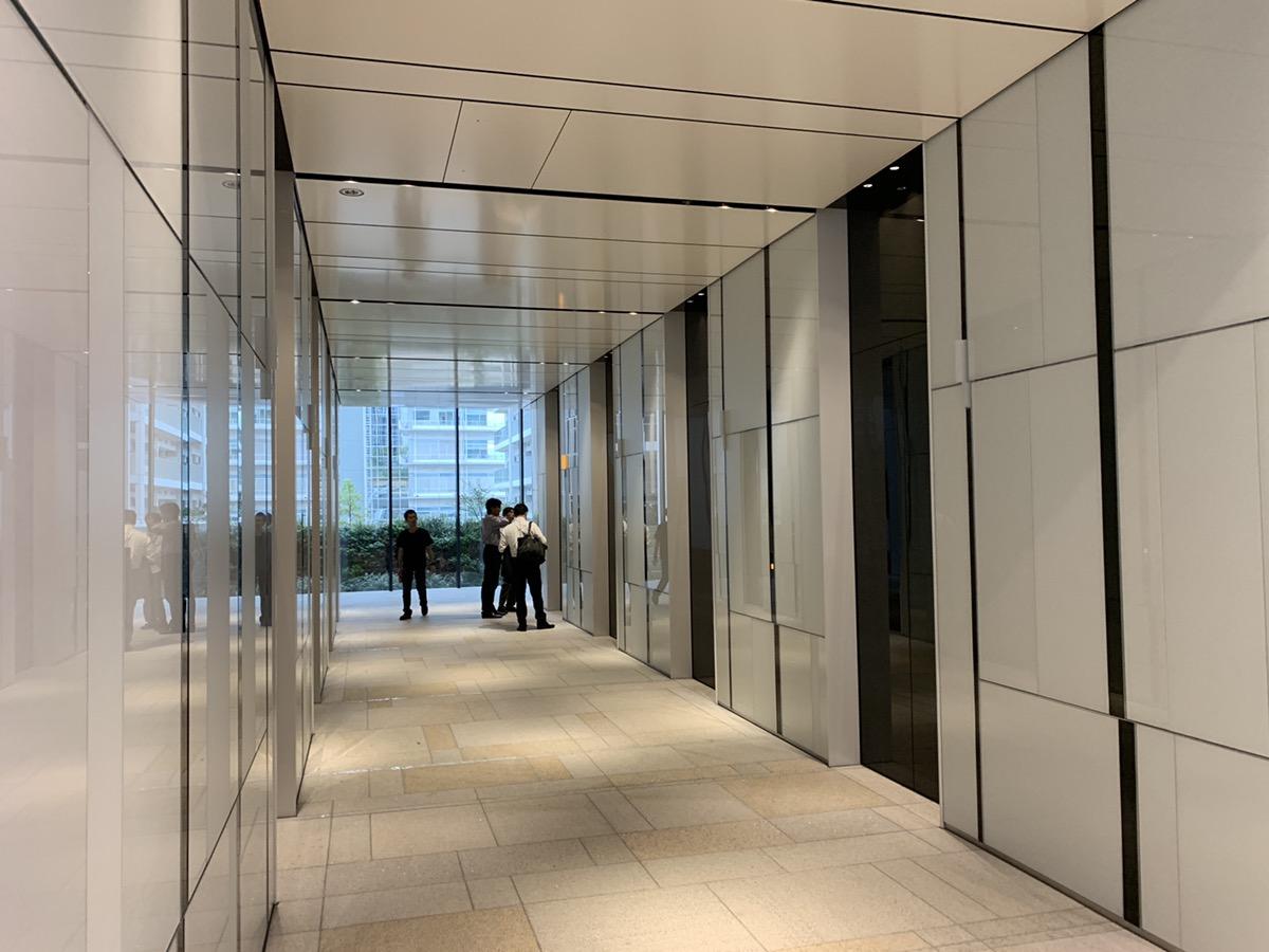 10.エレベーターに乗り、8階に行きます。