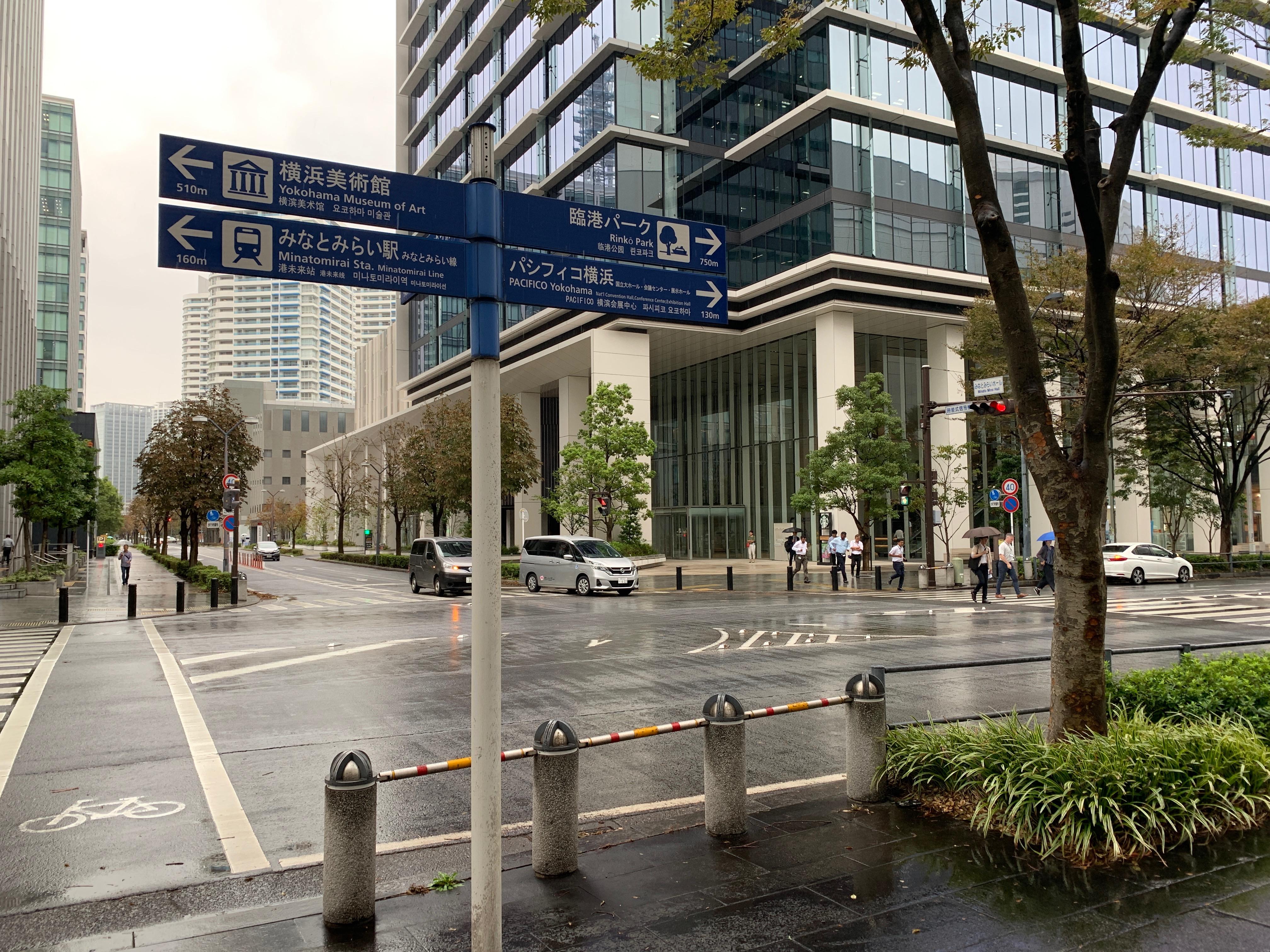 05.道路側に写真のような標識が立っているT字路があります。